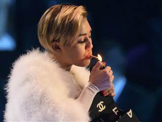 miley-cyrus-smokes-weed-at-music-awards