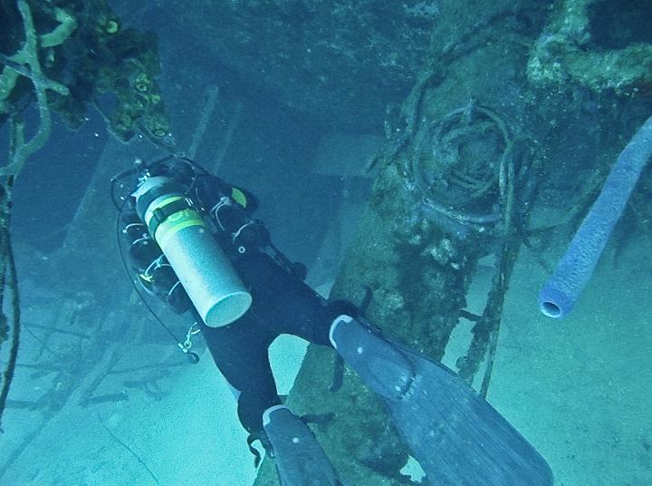 scuba-diver-sneaks-mj-in-us